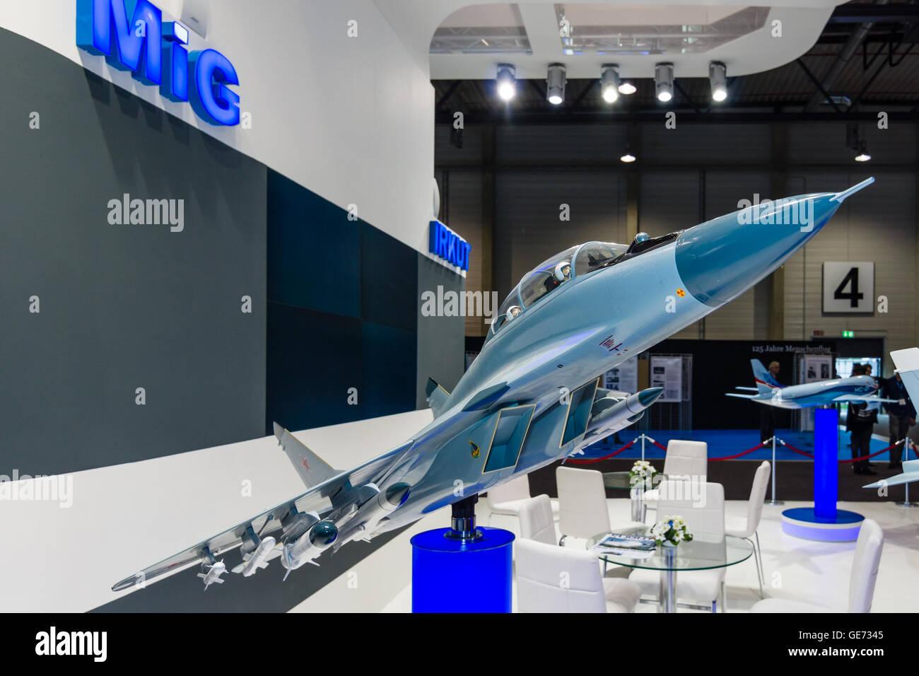 der-stand-der-unated-aircraft-corporation-russland-modell-der-russischen-kampfflugzeuge-mikoyan-mig-29m-2-ge7345.jpg